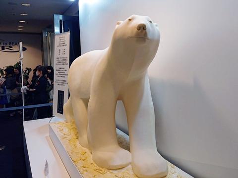 ニコラ・ベルナルデ制作、のホワイトチョコレート製のシロクマ