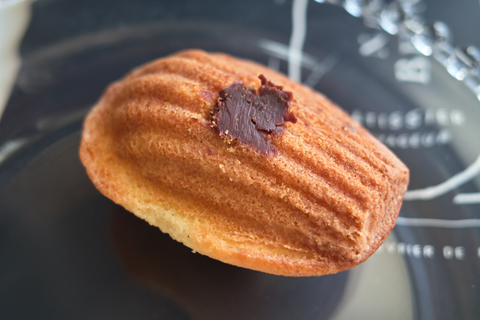 ニコラ・ベルナルデ; チョコレートクリーム入りのマドレーヌ