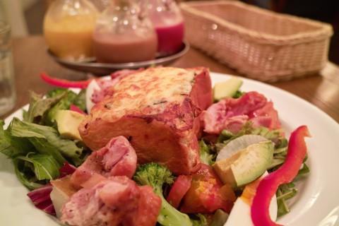 ローストチキンとアボガドのフレンチトースト(チーズプラス)